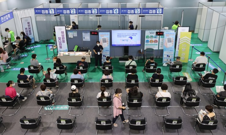 People are observed for possible side effects after receiving their COVID-19 vaccine injections at a vaccination center in Seodaemun District, Seoul, Thursday. Yonhap