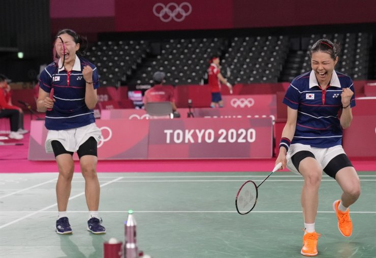 Badminton players Kim So-yeong, right, and Kong Hee-yong celebrate their victory over Mayu Matsumoto and Wakana Nagahara of Japan in the quarterfinals of the women's doubles badminton event at Musashino Forest Sport Plaza in Tokyo, Thursday. Yonhap