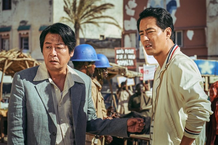 Actors Kim Yun-seok, left, and Zo In-sung in a scene from 'Escape from Mogadishu' / Courtesy of Lotte Entertainment
