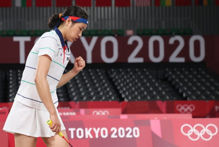 Badminton player An Se-young plays against China's Chen Yu Fei during their women's singles badminton quarterfinal match at Musashino Forest Sport Plaza in Tokyo, Friday. AP-Yonhap