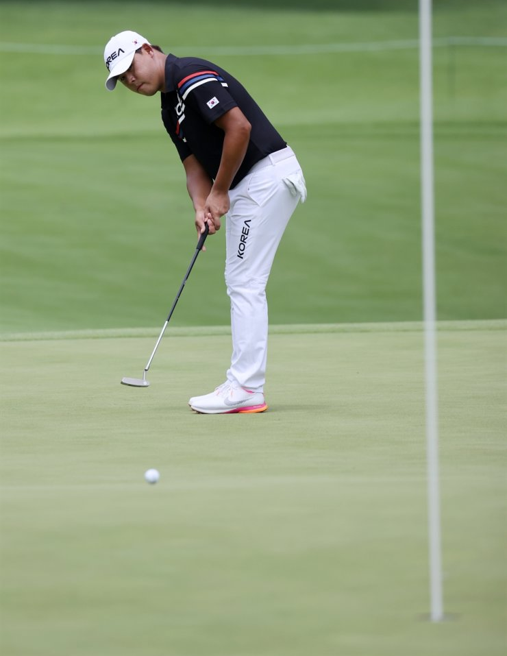 Kim Si-woo makes a putt on the seventh green during the first round of the men's golf event at the 2020 Summer Olympics at the Kasumigaseki Country Club in Kawagoe, Japan, Thursday. AP-Yonhap