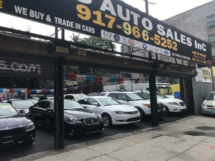 In this Sept. 29, 2020, file photo, used cars are displayed at a dealership in downtown Brooklyn, New York. U.S. inflation spiked again in June, jumping 5.4 percent over the past 12 months for its biggest gain since August 2008, according to official data released on July 13. AFP-Yonhap
