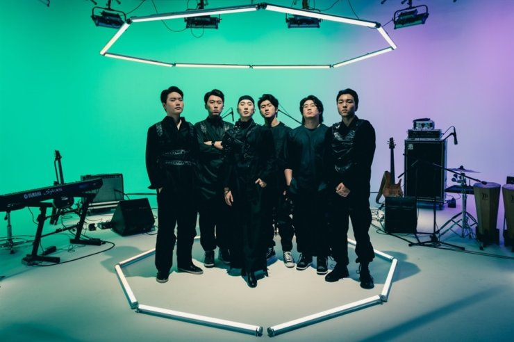 SEODo Band. From left are: keyboardist Kim Seong-hyun, percussionist Park Jin-byeong, vocalist sEODo, guitarist Yeon Tae-hee, bassist Kim Tae-joo and drummer Yang Jung-hoon. / Courtesy of Universal Music