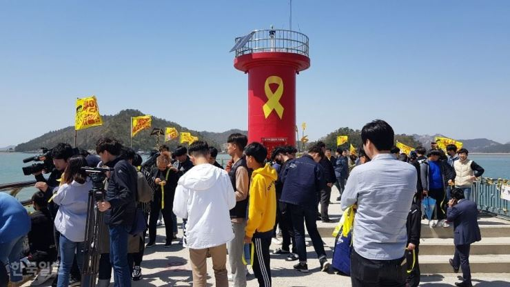 Students visit the southwestern port of Paengmok on Jin Island, South Jeolla Province, to commemorate the victims of the 2014 Sewol ferry sinking, in this April 16, 2019 photo. Korea Times file