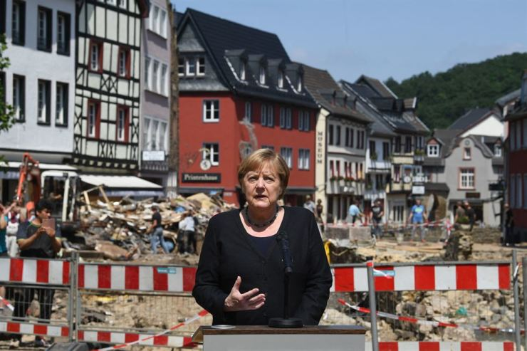 German Chancellor Angela Merkel addresses a press conference after visiting the flood-ravaged spa town Bad Munstereifel, North Rhine-Westphalia state, western Germany, Tuesday. AFP-Yonhap