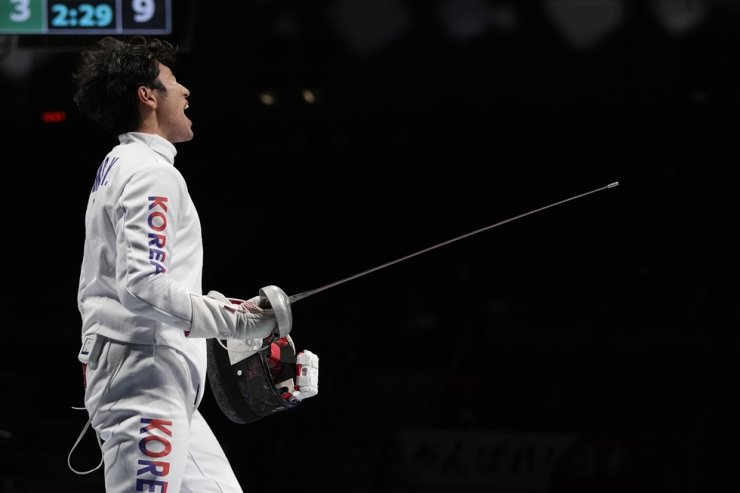 Park Sang-young of Korea celebrates after defeating Kazuyasu Minobe of Japan in the men's individual round of 16 epee competition at the 2020 Summer Olympics, July 25, in Chiba, Japan. AP-Yonhap