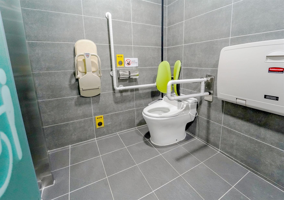 A newly designed public restroom of a community service center in Guro District, southwestern Seoul, features a wireless push button for its automatic door making it accessible by foot pressure to help prevent unnecessary contact amid the COVID-19 pandemic. Courtesy of Seoul Metropolitan Government