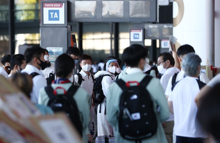 Korea's athletes arrive at Narita International Airport, July 19. Yonhap