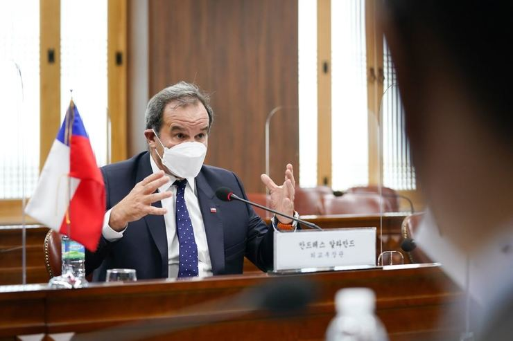 Chilean Foreign Affairs Minister Andres Allamand speaks during a meeting with his Korean counterpart Chung Eui-yong at the Korean Ministry of Foreign Affairs in Seoul, July 21. Courtesy of Ministry of Foreign Affairs