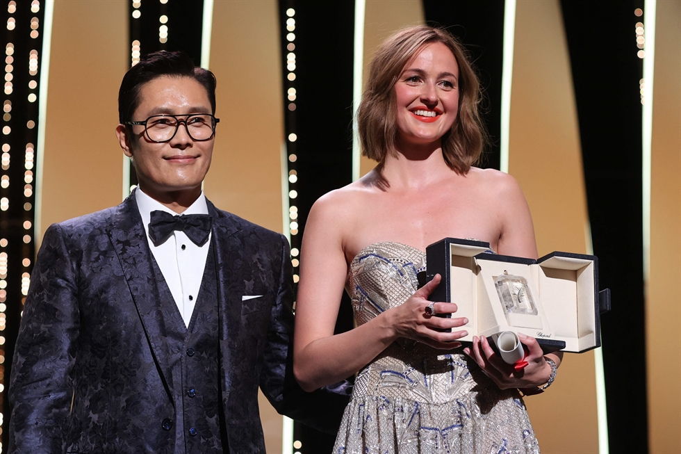 Director Julia Ducournau, center, winner of the Palme d'Or for the film 'Titane' poses with Agathe Roussell, left, and Vincent Lindon during the awards ceremony at the 74th international film festival, Cannes, southern France, July 17. AP-Yonhap