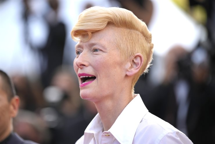 Tilda Swinton poses for photographers upon arrival at the awards ceremony and premiere of the closing film 'OSS 117: From Africa with Love' at the 74th international film festival, Cannes, southern France, July 17. AP-Yonhap