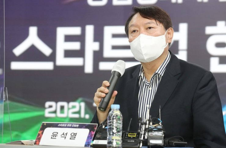 Former Prosecutor General Yoon Seok-youl, who declared his presidential bid in late June, speaks during a discussion with workers of startup companies held at startup hub TIPS Town in Seoul's Gangnam District, July 8. Joint Press Corps