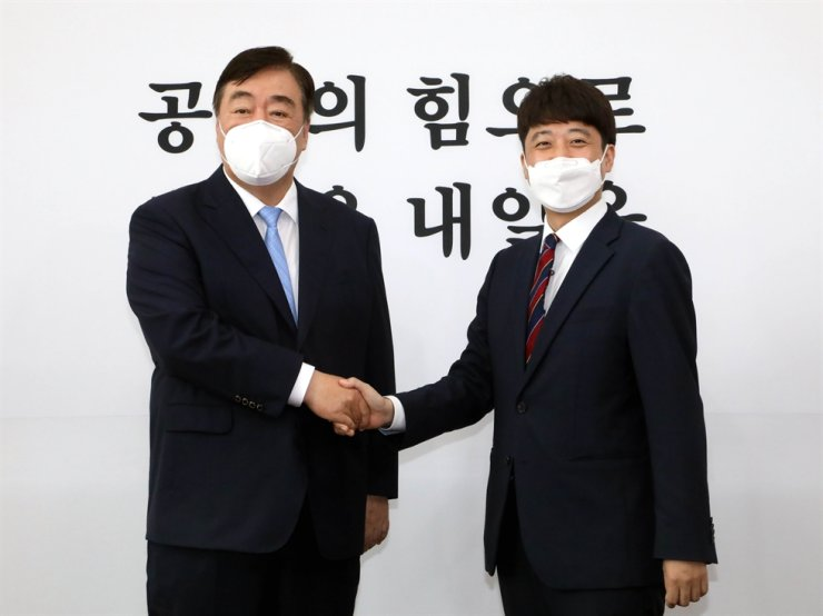 Chinese Ambassador to Korea Xing Haiming shakes hands with main opposition People Power Party (PPP) leader Lee Jun-seok during a courtesy visit to Lee at the National Assembly in Seoul, July 12. Korea Times photo by Oh Dae-geun