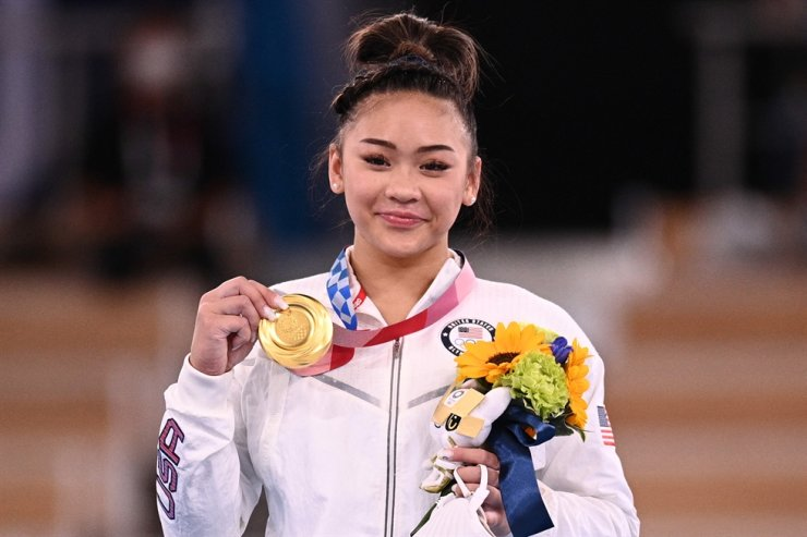 USA's Sunisa Lee poses with her gold medal during the podium ceremony of the artistic gymnastics women's all-around final during the Tokyo 2020 Olympic Games at the Ariake Gymnastics Center, Tokyo, July 29. AFP-Yonhap