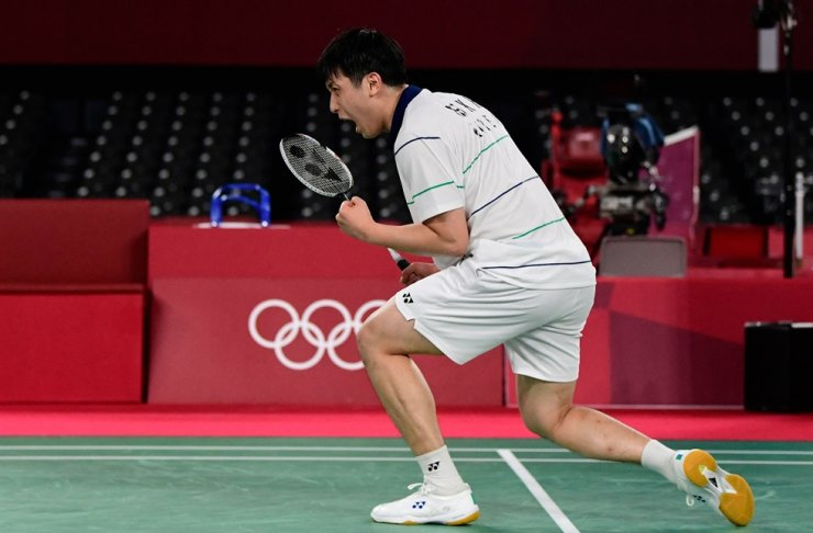 Badminton player Heo Kwang-hee celebrates his victory over Japan's Kento Momota in their men's singles badminton group stage match during the Tokyo 2020 Olympic Games at Musashino Forest Sports Plaza in Tokyo, Wednesday. AFP-Yonhap