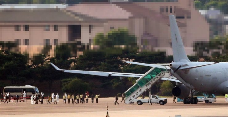 Members of the Cheonghae naval unit disembark from an air force transport plane at the Seoul Air Base in Seongnam, Gyeonggi Province, Tuesday. Yonhap