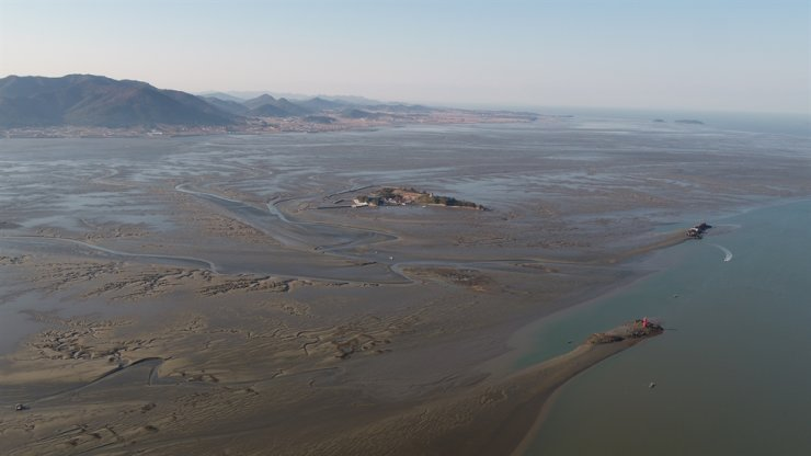 Seen is Gochang Getbol in North Jeolla Province, one site of the 'Getbol, Korean Tidal Flats' which was added recently to UNESCO's Natural World Heritage list. Courtesy of Cultural Heritage Administration