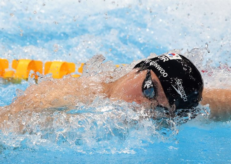 Swimmer Hwang Sun-woo swims during the semifinal of the men's 100-meter freestyle at Tokyo Aquatics Centre, Wednesday. He set Asia's new record time of 47.56 seconds. Yonhap