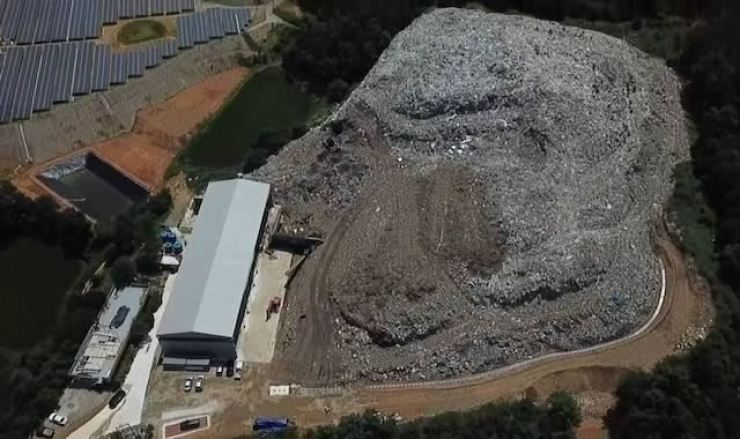 Illegally thrown away waste creates a giant hill in the Danmil area of Uiseong County, North Gyeongsang Province in this June 17 photo. Courtesy of North Gyeongsang Provincial Government