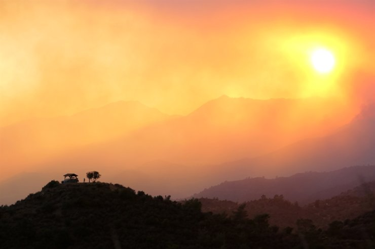 A view of the smoke emitted by a fire in the mountains, in Larnaca region, Cyprus, Saturday (local time) / EPA-Yonhap