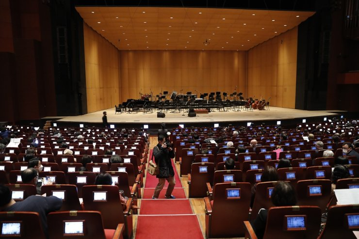 The audience waits for The Korea Times' annual spring concert to begin at the Grand Hall of the Sejong Center for the Performing Arts in central Seoul, March 4. Korea Times photo by Shim Hyun-chul