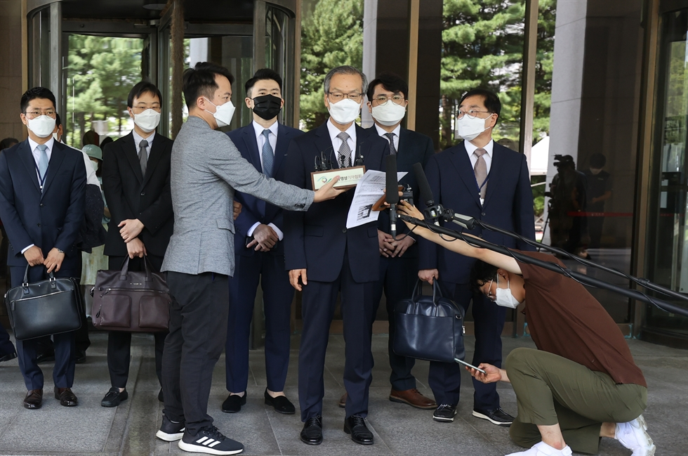 South Gyeongsang Province Governor Kim Kyoung-soo closes his eyes while answering reporters' questions at the entrance to the provincial government building in Changwon, Wednesday, after the Supreme Court confirmed a two-year jail term imposed on him after he was found guilty of online opinion rigging. Yonhap