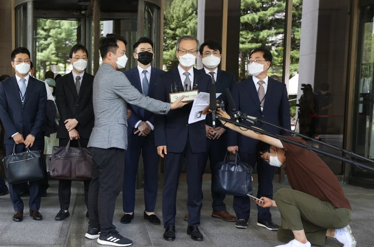 Special counsel Huh Ik-bum, front center, speaks while leaving the Supreme Court in southern Seoul, Wednesday, after the court upheld a jail sentence for South Gyeongsang Province Governor Kim Kyoung-soo over online opinion manipulation. Yonhap