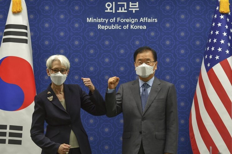 U.S. Deputy Secretary of State Wendy Sherman bumps elbows with South Korean Foreign Minister Chung Eui-yong prior to their meeting at the ministry office in Seoul, July 22. AP-Yonhap