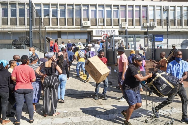 Protesters leave after looting a store in South Africa's eastern city of Durban, Monday (local time). AP-Yonhap