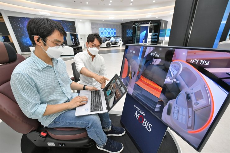 Hyundai Mobis engineers test the company's M. Brain healthcare technology, which monitors a driver's brainwaves in real time, Wednesday. Courtesy of Hyundai Mobis