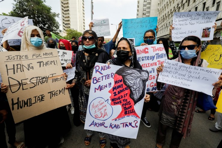 People carry signs decrying the killing of Noor Mukadam, 27, the daughter of a former Pakistani diplomat, and to condemn the violence against women and girls during a protest in Karachi, Pakistan July 25. Reuters-Yonhap