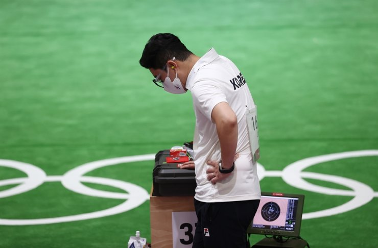 Jin Jong-oh competes in the men's 10-meter air pistol competition at the Tokyo Olympics, Saturday. Yonhap