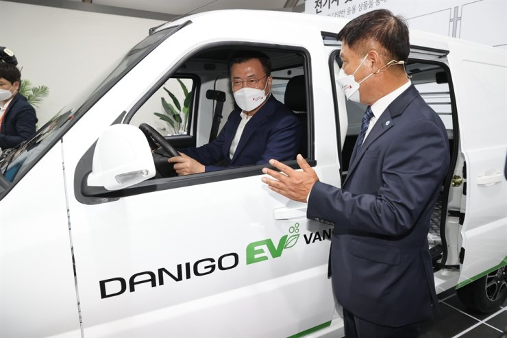 President Moon Jae-in sits in an electric vehicle loaded with batteries from a local manufacturer, at an LG Energy Solution plant in Cheongju, North Chuncheong Province, Thursday. Yonhap
