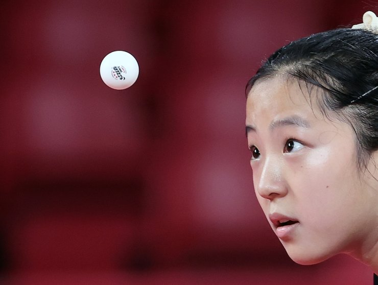 Table tennis athlete Shin Yu-bin stares at a ball during a match against Hong Kong's Doo Hoi-kem in the women's individual match at Tokyo Metropolitan Gymnasium in the Olympic host city, Tuesday. Yonhap