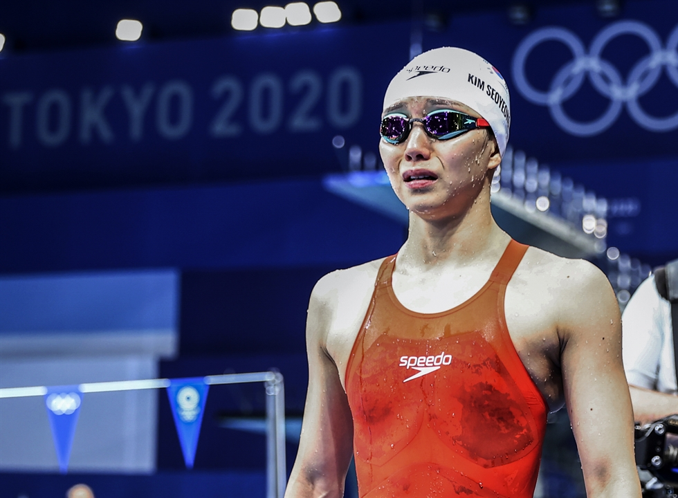 Swimmer Hwang Sun-woo checks his time after racing in the men's 200-meter freestyle final at the Tokyo Aquatics Centre in the Olympic host city of Tokyo, Tuesday. Yonhap
