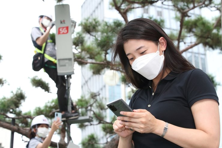A KT employee uses Samsung Electronics' Galaxy S20 smartphone employing KT's standalone 5G service commercialized Thursday. Courtesy of KT