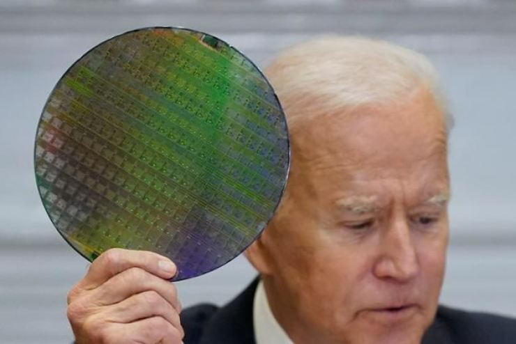 U.S. President Joe Biden holds up a silicon wafer in a meeting with CEOs of the world's leading tech companies held at the White House in Washington, D.C., April 12. AP-Yonhap