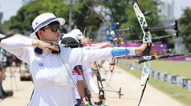 Archer An San fires an arrow at the women's ranking round of the Tokyo Olympics held at Yumenoshima Park Archery Field in Japan, July 23. Yonhap