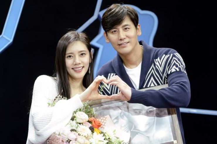 Actors Choo Ja-hyun, left, and Yu Xiaoguang / Courtesy of SBS