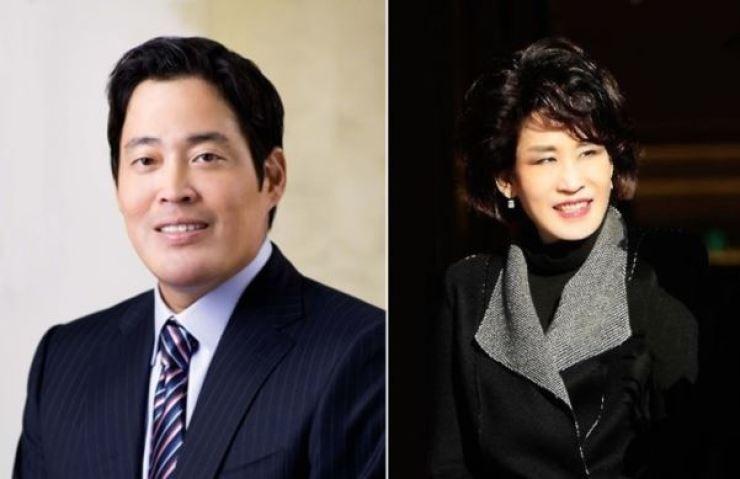 Shinsegae Vice Chairman Chung Yong-jin, left, and President of Shinsegae Department Store Chung Yoo-kyung / Yonhap