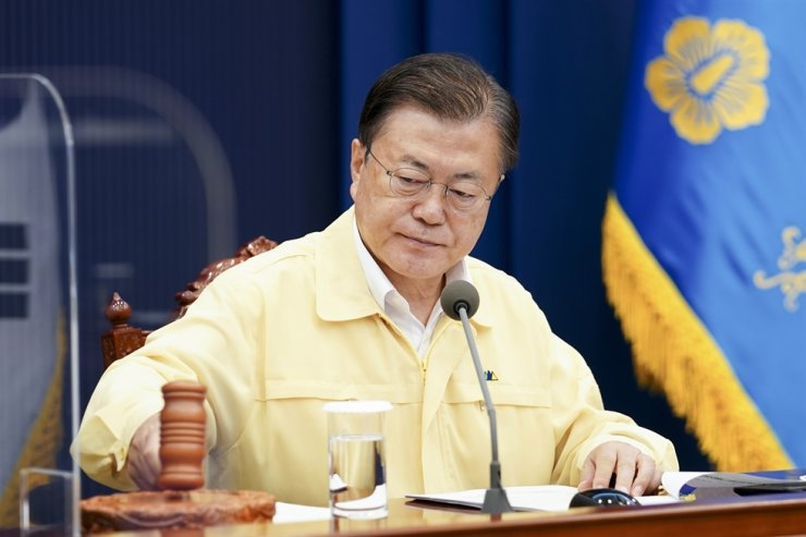 President Moon Jae-in hits a gavel during a Cabinet meeting at Cheong Wa Dae, Tuesday. Courtesy of Cheong Wa Dae
