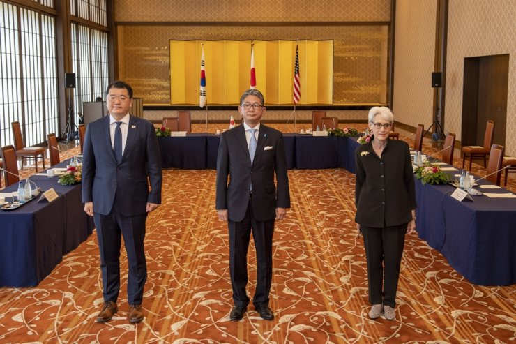 Japan's Vice Minister for Foreign Affairs Takeo Mori, center, Korea's Vice Foreign Minister Choi Jong-kun, left, and U.S. Deputy Secretary of State Wendy Sherman pose prior to their trilateral meeting in Tokyo, July 21. EPA-Yonhap