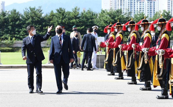 Korean Defense Minister Suh Wook, left, and his U.K. counterpart Ben Wallace pass ceremonial guards at the ministry compound in Yongsan District, Seoul, Wednesday, before having a meeting on defense cooperation. Yonhap