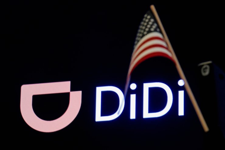 6 월 30 일 뉴욕 증권 거래소에서 IPO를 진행하는 동안 중국 회사 Didi의 로고 앞에 미국 국기가 나타납니다.  로이터-연합