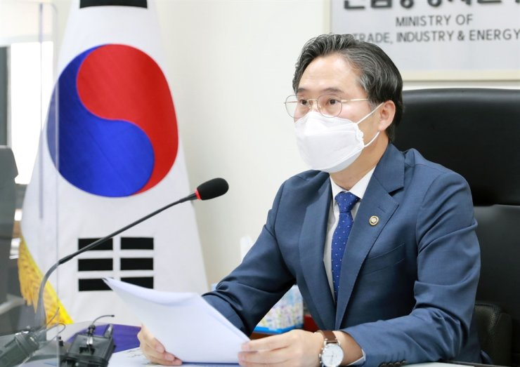 Park Jin-kyu, deputy minister at the Ministry of Trade, Industry and Energy, holds an online meeting with corporate officials in the steel industry to better cope with the scheduled implementation of the EU's carbon border adjustment measure (CBAM) at the Sejong Government Complex, Thursday. Courtesy of Ministry of Trade, Industry and Energy