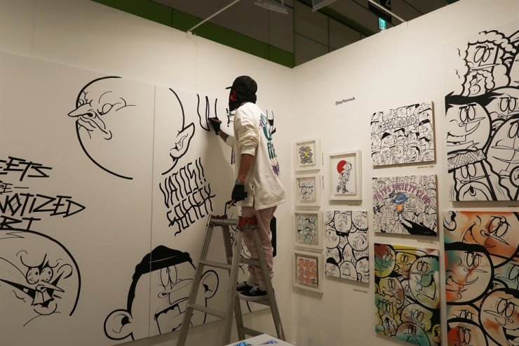 A live drawing session led by one of the invited artists at the Urban Break Art Asia fair at COEX in Gangnam last November / Courtesy of Urban Break Committee