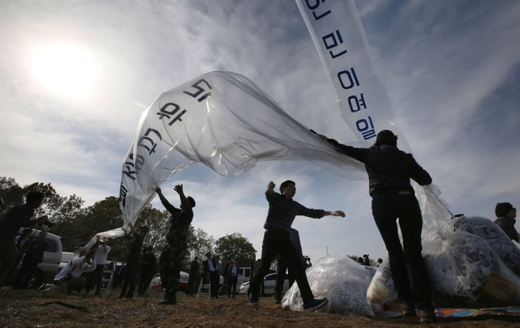 In this April 2016 file photo, a group of defectors fly balloons containing anti-North Korea leaflets at a border village of Paju, Gyeonggi Province. South Korea has rebutted concerns expressed by a group of U.N. special rapporteurs that a new law that bans the launching of anti-Pyongyang propaganda leaflets across the inter-Korean border could restrict freedom of expression, documents show. Yonhap