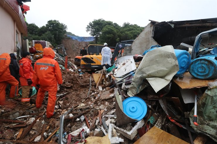 Rescue workers conduct a search operation to find a woman in her 80s after her house was buried in a landslide in Gwangyang, South Jeolla Province, Tuesday. Yonhap