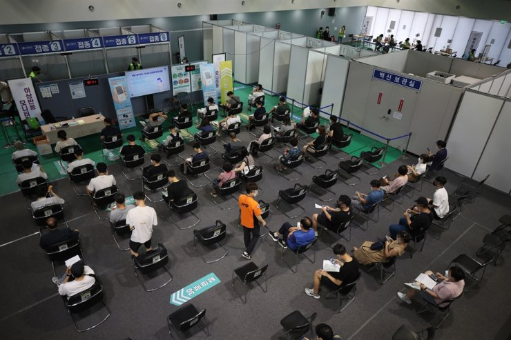 People are observed for possible side effects after receiving their COVID-19 vaccines at a vaccination center in Seodaemun District, Seoul, Tuesday. Yonhap