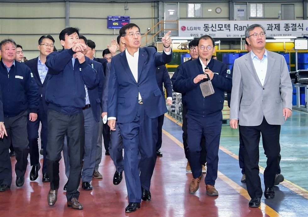 LG Chem CEO Shin Hak-cheol, second from left, inspects a battery pack case of Dongshin Motech in Haman County, South Gyeongsang Province, Nov. 15, 2019. Courtesy of LG Chem